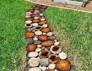 Gartenweg Anlegen Günstig : gartenweg aus holz anlegen mit einer einfachen anleitung ~ Lizthompson.info Haus und Dekorationen