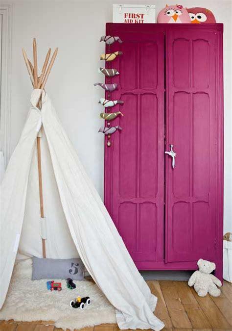 peinture dans une chambre peinture aubergine sur armoire dans une chambre enfant