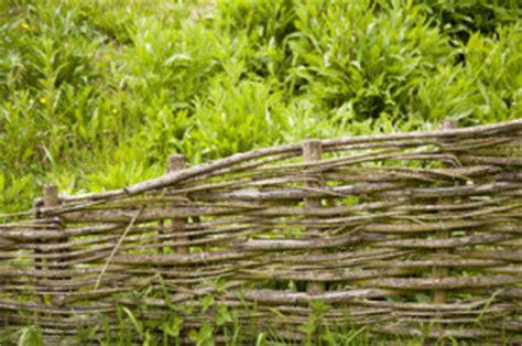 geflochtene gartenzäune sichtschutz im garten zaun oder hecke