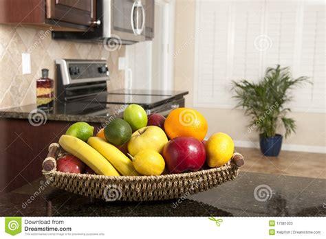 la cuisine du panier panier de fruit frais dans la cuisine moderne image stock