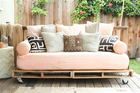 faire un canapé avec des palettes comment fabriquer un canapé en palette tuto et 60