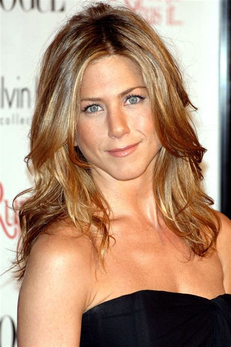 how to style hair like aniston aniston s hair soft subtle curls awesome 2297