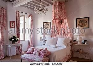 Vorhang über Bett : coronet mit rosa toile de jouy drapiert ber bett mit wei en decke und passendem toile de jouy ~ Markanthonyermac.com Haus und Dekorationen