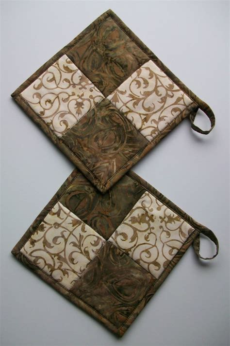 Kitchen Towels And Hotpads by Best 25 Quilted Potholders Ideas On