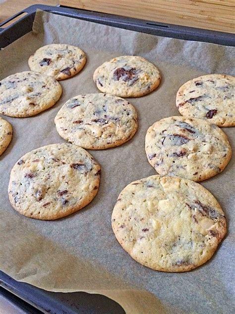 cookies mit weisser und dunkler schokolade und nuessen aus