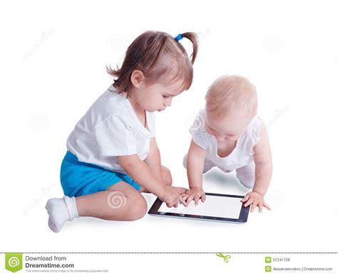 le sur pied avec tablette deux petits enfants jouant avec la tablette photo stock image 51241728