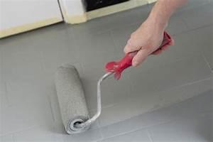 Alten Kellerboden Streichen : zweite schicht grauer farbe mit farbroller auftragen ~ Michelbontemps.com Haus und Dekorationen