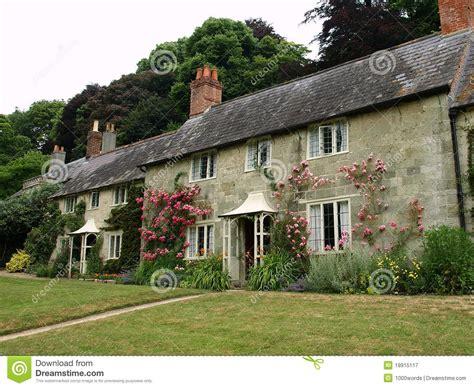 cottage inglesi cottage inglesi immagine stock immagine di front fiori