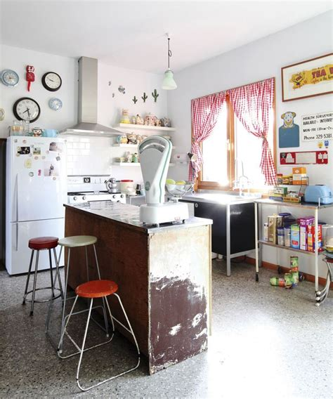 cuisine style retro cuisine deco retro inspiration annees 70 bar vieilli inspiration vintage tabourets cuir orange