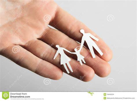 corte en la mano poca familia de papel del recorte en la mano foto de