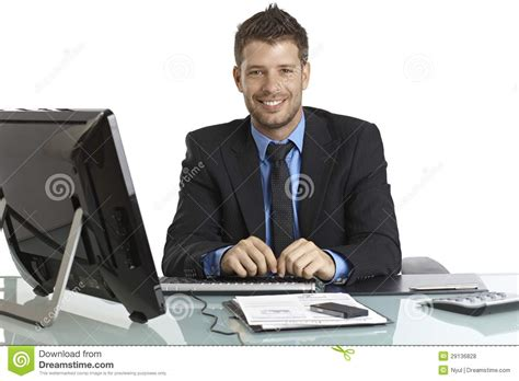 homme d 39 affaires heureux travaillant au bureau photo stock