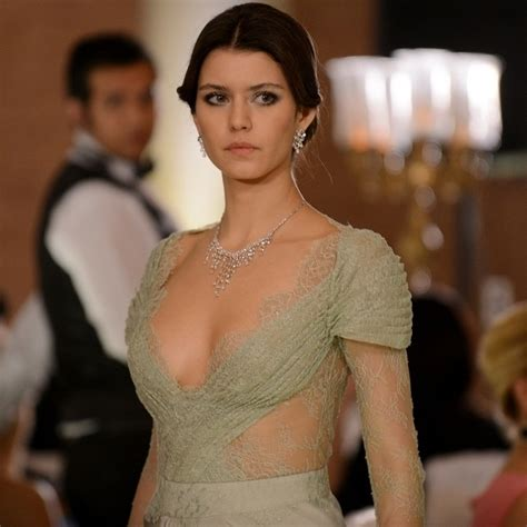 Classify Turkish Actress Beren Saat