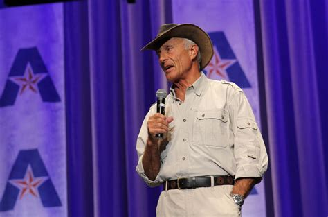 'Jungle' Jack Hanna brings the zoo to UTA for Maverick ...