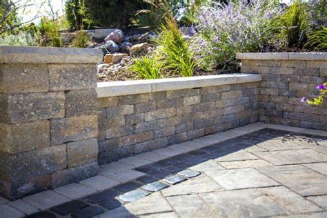 unilock estate wall estate wall with beacon hill pavers and courtstone border