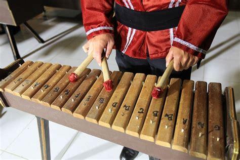 Angklung merupakan salah satu jenis alat musik tradisional yang berasal dari daerah jawa barat. Kumpulan Beragam Gambar Alat Musik Tradisional