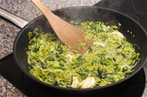 cuisiner les verts de poireaux recette fondue de poireaux aux épices