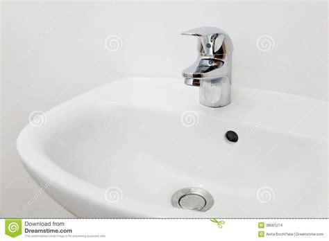 rubinetto bianco interno bagno con il rubinetto bianco dell argento e