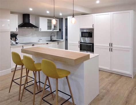 cocina blanca en isla abierta al recibidor kitchen