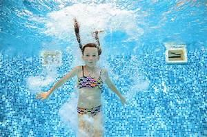 Rustine Piscine Sous L Eau : la fille saute et nage dans la piscine sous l 39 eau enfant a l 39 amusement dans l 39 eau image stock ~ Farleysfitness.com Idées de Décoration