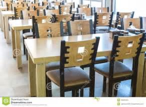 Table Et Chaise Cuisine : table et chaise en bois au restaurant image stock image du hall conception 49845555 ~ Teatrodelosmanantiales.com Idées de Décoration