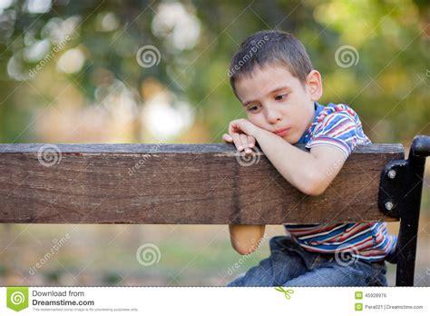 boy crying bench sitting orphan park orfano unhappy alone lonely young jongenszitting schreeuwen ongelukkige parkbank wees het een siedono infelice