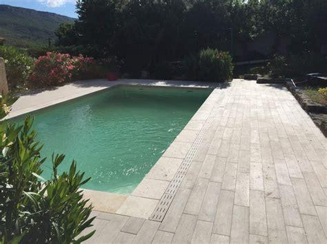terrasse imitation parquet margelles de piscine en travertin sur chateauneuf le
