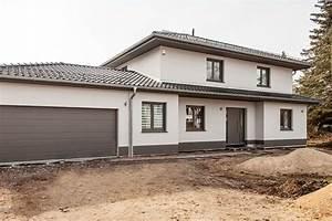 Stadtvilla Mit Garage : dunkle fensterrahmen und wei er putz sowie passende garage ~ Lizthompson.info Haus und Dekorationen