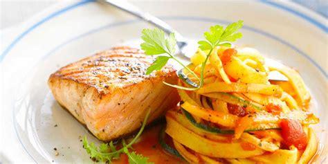 cuisiner le saumon frais pavé de saumon grillé et tagliatelles facile recette