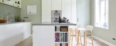 wohnideen farben kche edler look mit ocker und anthrazit wandfarbe in grautnen farbgestaltung modern kche holztisch