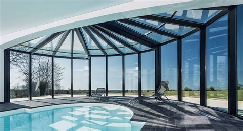 modele cuisine contemporaine piscine vitrée et véranda dans une maison contemporaine
