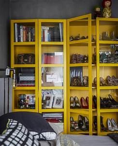 Schuhschrank Selber Bauen Billy : a yellow cabinet displaying shoes and books billy ~ Watch28wear.com Haus und Dekorationen