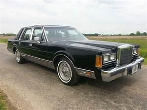 1989 Lincoln Town Car Signature Sedan 4