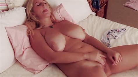 Blondine Mit Großen Titten Fingert Sich Zum Orgasmus