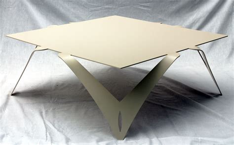 table bout de canapé design table basse blanche ivoire table basse carrée design métal