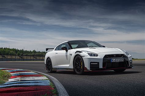 nissan gt  nismo takes   track shows lighter