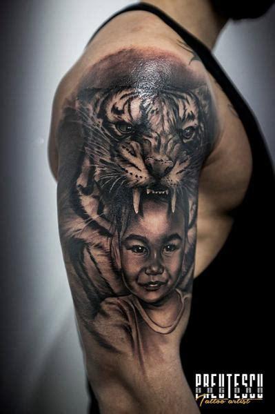tatuaje hombro realista ninos tigre por el loco tattoo lounge