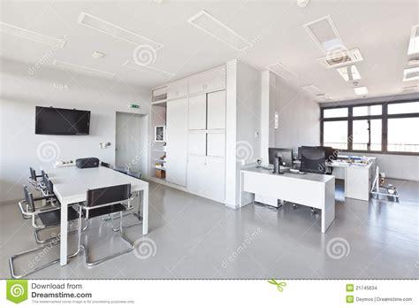 le bureau moderne bureau moderne avec les meubles blancs photo stock image