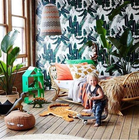 urban jungle kinderkamer met botanisch behang en rotan bed