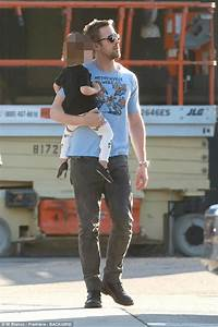 Ryan Gosling cuddles his daughter Esmeralda in Los Angeles ...