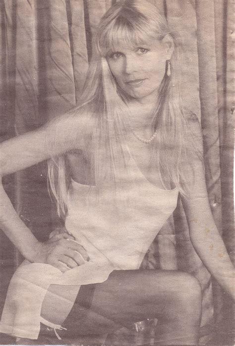 Julie Neesam  nackt