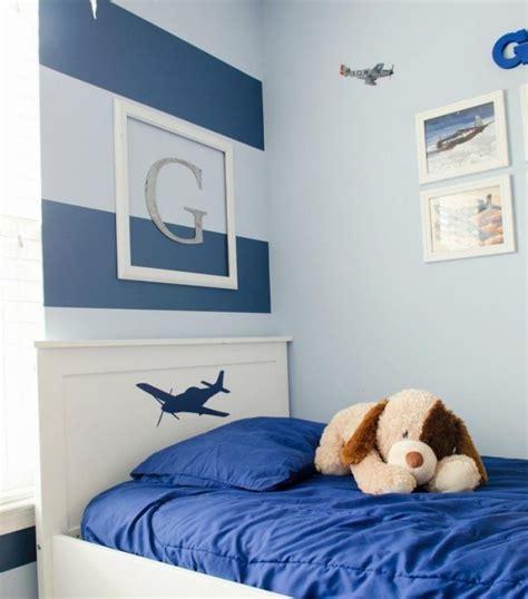 Kinderzimmer Junge Wandgestaltung Blau by Kinderzimmer Deko Streifen Blau Junge Monogramm Bett