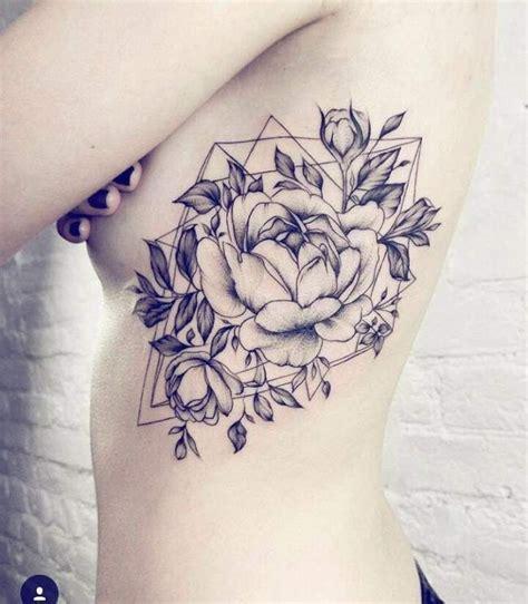 tatouage de femme tatouage rose noir  gris sur ventre
