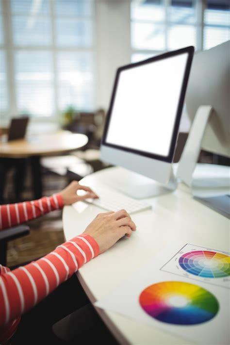 bureau graphiste graphiste travaillant à bureau télécharger des