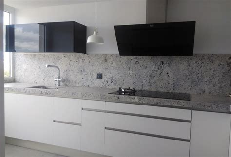 negro blanco  gris una mezcla  realza una cocina de