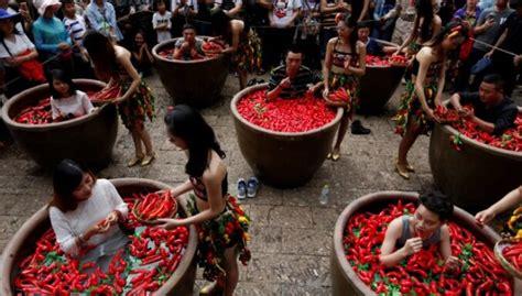 Ķīnā čili ēšanas sacensību uzvarētājs divās minūtēs apēd ...