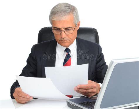 bureau homme d affaire homme d 39 affaires au bureau avec l 39 ordinateur et les