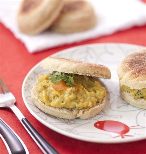 recette cuisine en anglais muffins anglais oeufs brouillés aux câpres coriandre et