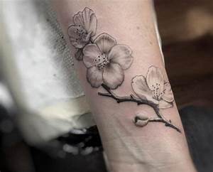 Tattoo Schwarz Weiß : kirschbl ten tattoo designs mit bedeutungen 15 ideen ~ Frokenaadalensverden.com Haus und Dekorationen