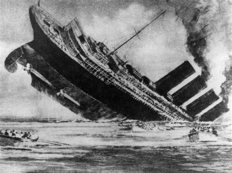 the sinking of the liner rms lusitania torpedoed by a german u boat 1915 foto su