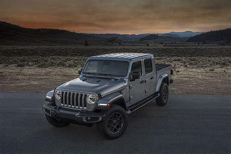 jeep gladiator pickup truck          drive